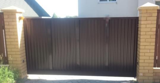 Ворота из алюминиевых профилей с заполнением профнастилом
